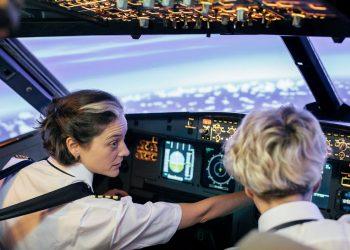 Una instructora de vuelo y su alumna. Foto: blueswandaily.com