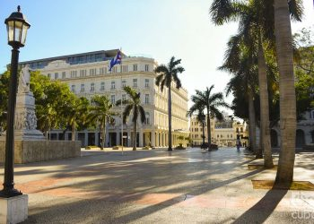 El Parque Central en La Habana, vacío en estos días de coronavirus. Fotos: Otmaro Rodríguez.