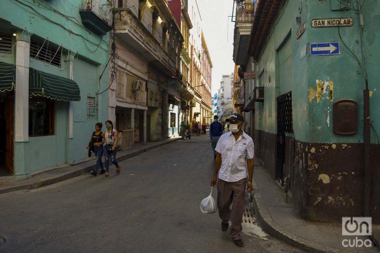 Personas usan nasobuco en La Habana, como medida de protección frente a la pandemia de coronavirus. Foto: Otmaro Rodríguez.