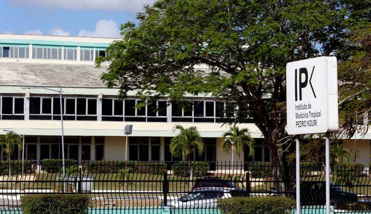 """Vista exterior del Instituto de Medicina Tropical """"Pedro Kouri"""", en La Habana, Cuba, donde se encuentran hospitalizados los casos confirmados de la COVID-19 en la Isla. Foto: Ernesto Mastrascusa / EFE."""