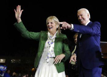 El ex vicepresidente Joe Biden, el aspirante a la candidatura demócrata a la candidatura demócrata a la presidencia, con su esposa, Jill, en un mitin en la noche electoral del Supermartes el martes 3 de marzo de 2020. Foto: Marcio Jose Sanchez/AP.