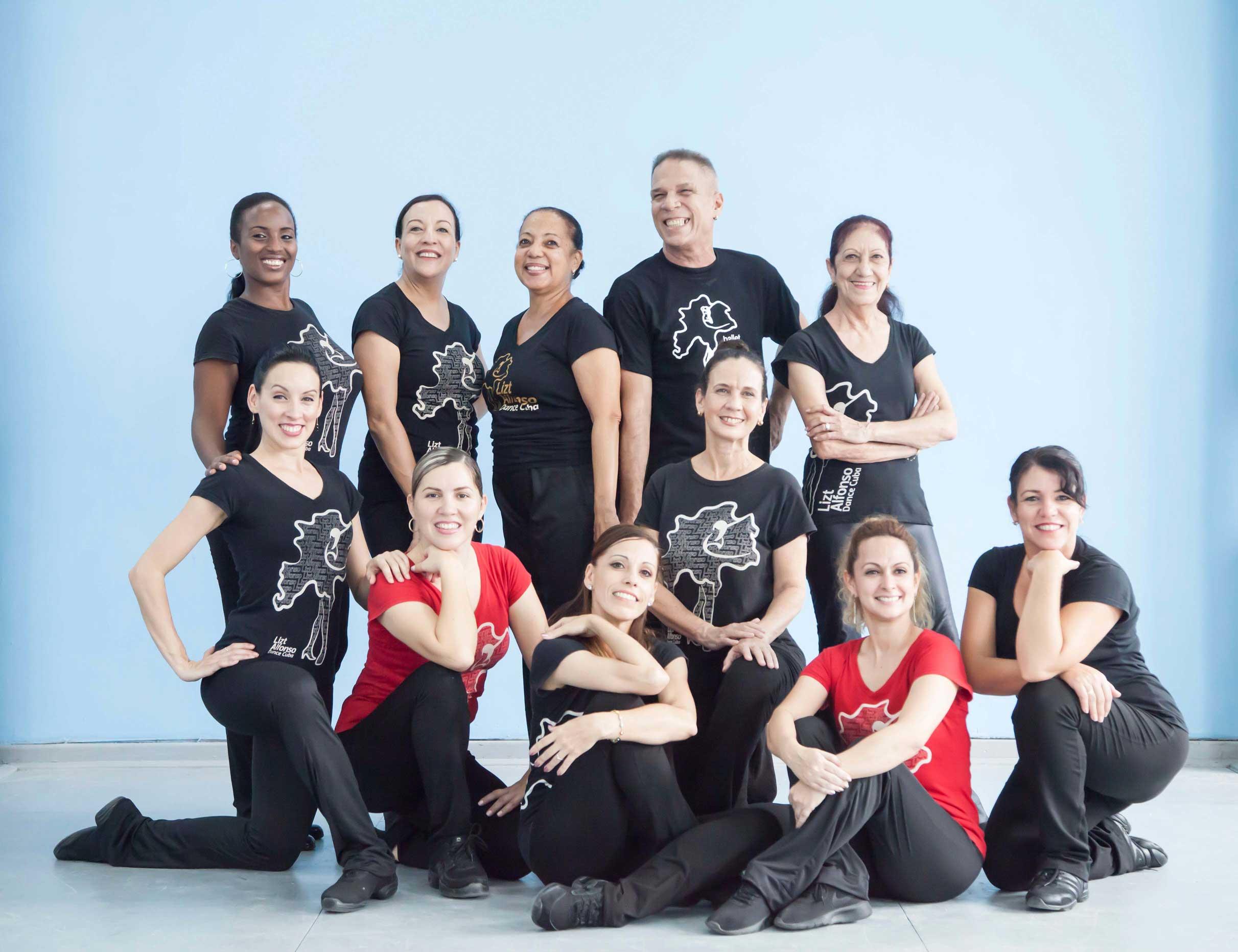 Parte del staff de maestros y ensayadores de la Compañía. Foto: Lizt Alfonso Dance Cuba.