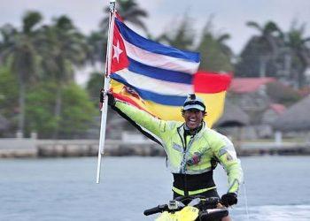 El español Álvaro de Marichalar durante la escala cubana de su vuelta al mundo en moto acuática. Foto: abc.es