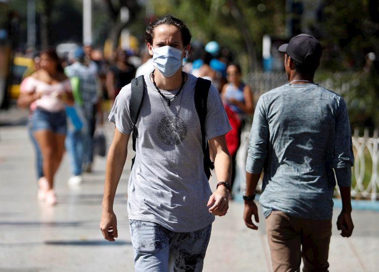 Un cubano usa un nasobuco como una medida contra el coronavirus en La Habana, luego del reporte de casos confirmados en la Isla. Foto: Yander Zamora / EFE.