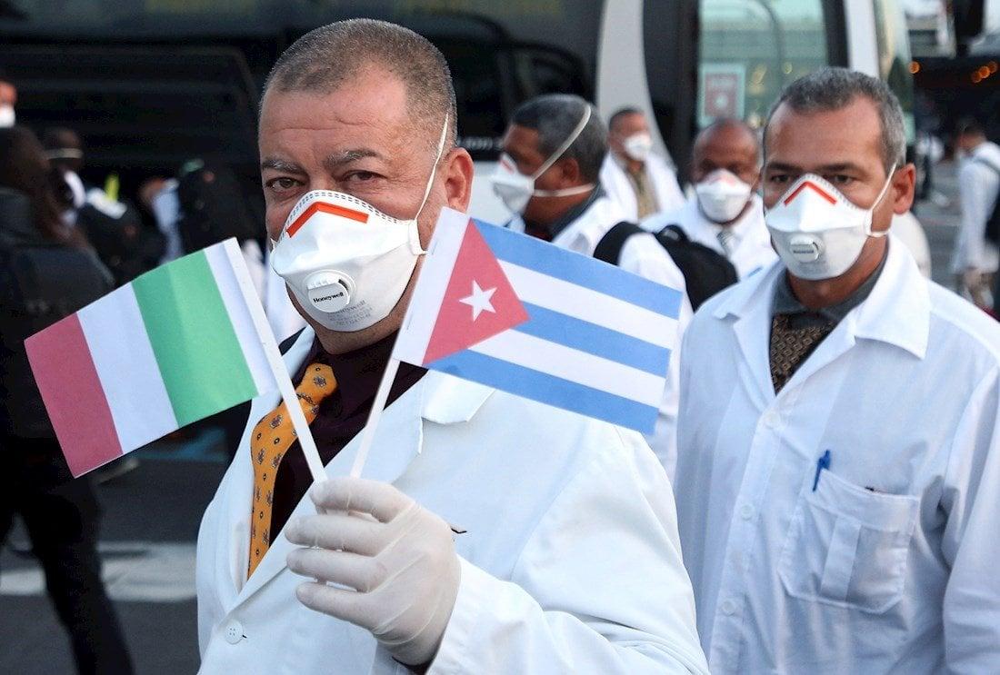 Médicos y enfermeros cubanos tras su llegada al aeropuerto de Malpensa, Italia, tras su llegada para ayudar al enfrentamiento contra la pandemia de COVID-19, el 22 de marzo de 2020. Foto: Mateo Bazzi / EFE.