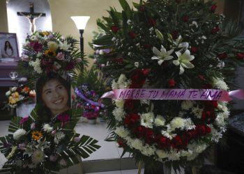 """Una fotografía de Marbella Valdez se muestra junto a una corona de flores con el texto """"Marbe, tu mamá te ama"""". (AP Foto/Emilio Espejel)"""
