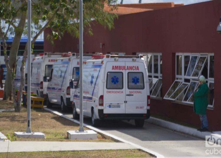 """Operación de evacuación de los pasajeros del crucero británico MS Braemar, con cinco casos confirmados de COVID-19, en el puerto del Mariel, al oeste de La Habana, hacia el Aeropuerto Internacional """"José Martí"""", el miércoles 18 de marzo de 2020. Foto: Otmaro Rodríguez."""