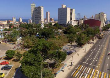 La zona del Coppelia en el Vedado habanero semivacía tras las indicaciones de quedarse en casa para limitar la propagación del coronavirus. Foto: Naturaleza Secreta de Cuba.