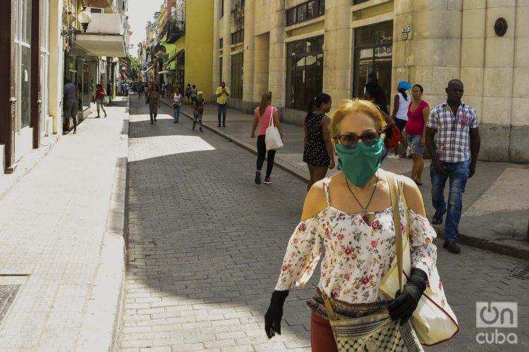 Una mujer usa un nasobuco en La Habana, como medida de seguridad frente a la COVID-19. Foto: Otmaro Rodríguez.