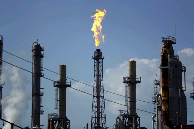 En esta fotografía del jueves 31 de agosto de 2017, una llama sale de una torre en una refinería de Texas. Foto: AP/Gregory Bull /Archivo.