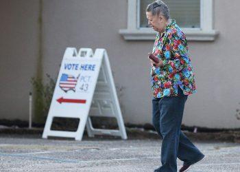 Una mujer acude a votar en las elecciones primarias en Pensacola, Florida, el 17 de marzo de 2020. Foto: Mike Kittrell / EFE.
