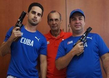 Los tiradores cubanos Jorge Félix Álvarez (izquierda) y Leuris Pupo (derecha), junto a su entrenador Meinardo Torres (centro). Foto: Revista Alma Máter / Archivo.