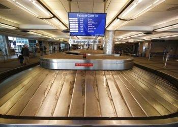 En esta foto del 20 de marzo del 2020, una estera equipaje gira vacía en el Aeropuerto Internacional de Denver, Colorado. Foto: David Zalubowski/AP.