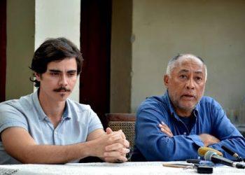 """El cineasta cubano Rigoberto López (1947-2019) junto al actor Daniel Romero Pildain, protagonista de """"El Mayor"""", en conferencia de prensa en la ciudad de Camagüey el 16 de enero de  2018. Foto: Rodolfo Blanco/ACN."""