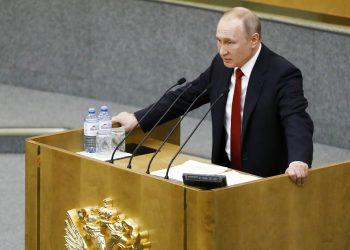 El presidente ruso Vladimir Putin habla en una sesión previa a la votación sobre enmiendas constitucionales en la cámara baja del Parlamento, en Moscú el martes 10 de marzo de 2020. Foto: AP/Pavel Golovkin.