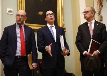 El secretario del Tesoro, Steven Mnuchin (cen), habla con la prensa en el Capitolio, Washington, 16 de marzo de 2020. Foto: AP/Patrick Semansky.