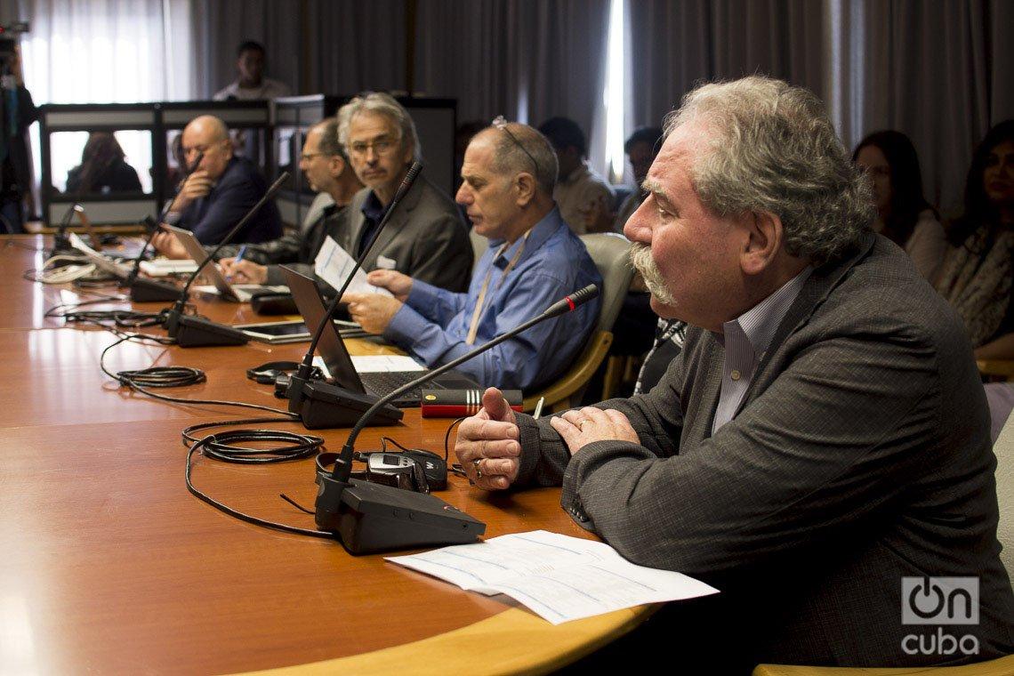 """El profesor estadounidese Mark Rasenik (d), de la Universidad de Illinois, habla durante los debates del evento """"Is There a Havana´s Syndrome?"""", en el Centro de Neurociencias de Cuba, realizado los días 2 y 3 de marzo de 2020. Foto: Otmaro Rodríguez."""