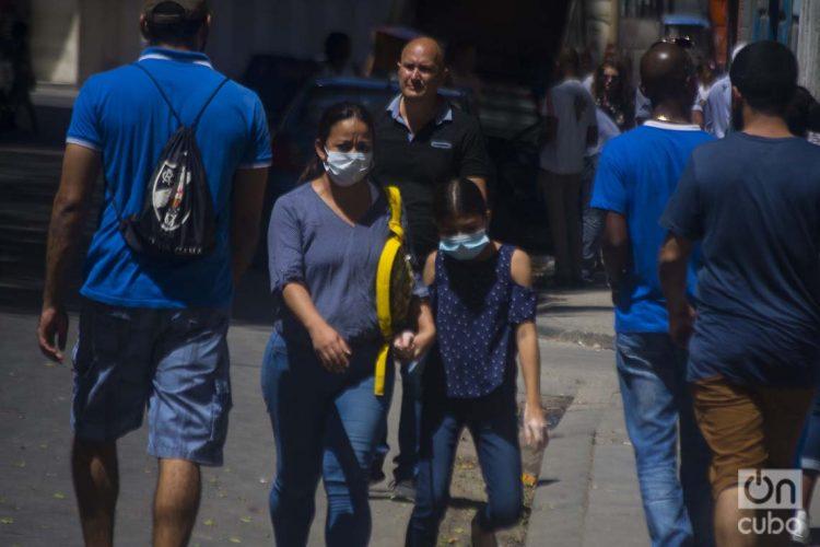 Una madre y su hija usando nasobucos en La Habana, como medida de protección frente a la pandemia de COVID-19. Foto: Otmaro Rodríguez.