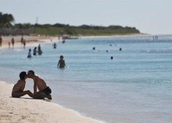 Turistas en la playa. Foto: EFE