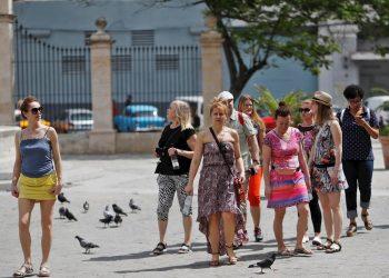 Turistas pasean por La Habana Vieja el jueves 12 de marzo de 2020, un día después de que el Ministerio de Salud de la Isla confirmara los primeros casos positivos de infección del coronavirus causante de Covid-19 en en tres visitantes italianos. Foto: Yander Zamora / EFE.