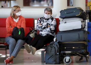 """Personas esperan la salida de sus vuelos antes del cierre parcial de las fronteras cubanas para evitar la propagación de la COVID-19, en el Aeropuerto Internacional """"José Martí"""" de La Habana, el 23 de marzo de 2020. Foto: Yander Zamora / EFE."""