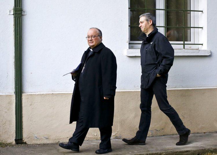 En esta foto de archivo, el arzobispo Charles Scicluna, izquierda, y monseñor  Jordi Bertomeu, caminan a una conferencia de prensa en Santiago de Chile. Foto: Esteban Felix/ AP.