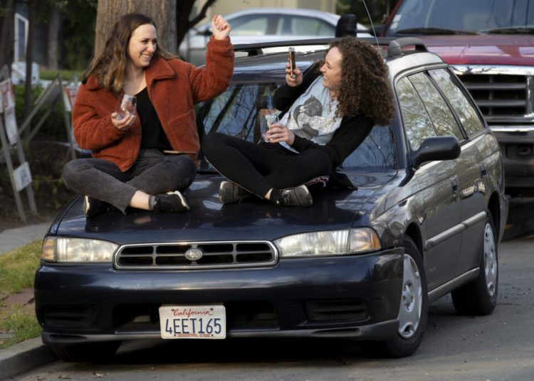 Dos hermanas fiestando fuera de su hogar en Townsend Avenue, Oakland, California. Foto: Santiago Mejia/The Chronicle.