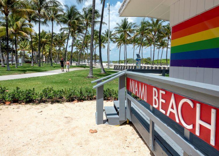 """""""Si abrimos es seguro que muchos miles acudirán a nuestras millas de playas abiertas en South Beach y North Beach y en cualquier lugar intermedio, habrá jóvenes en vacaciones de primavera permanentes y personas con ganas de salir"""", dijo el alcalde de Miami Beach.   EFE/Cristóbal Herrera"""