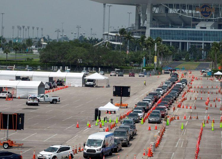 La Guardia Nacional lleva a cabo pruebas de detección del coronavirus en los estacionamientos del Hard Rock Café al norte de Miami.   EFE/Cristóbal Herrera