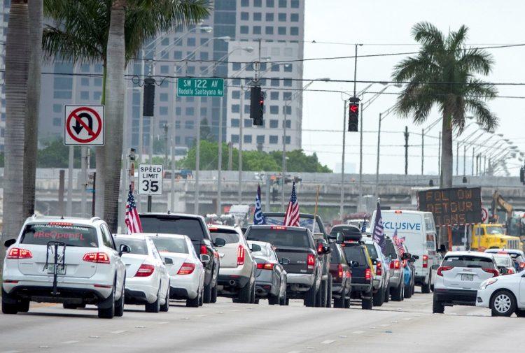 Pese a que Miami-Dade continúa con los más altos niveles de contagio en Florida, el fin de semana una 50 personas salieron a la calle a pedir la reapertura de las actividades comerciales. | EFE/Cristóbal Herrera