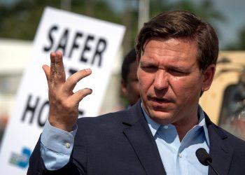 El gobernador de Florida, Ron DeSantis, habla sobre sus planes de abrir el estado. Foto: Cristóbal Herrera/EFE.