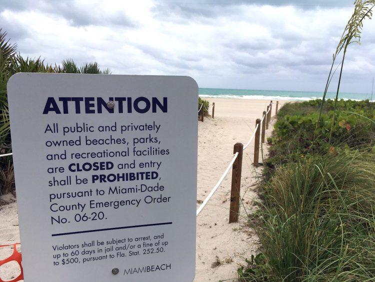 Un cartel anuncia el cierre de la playa este 14 de mayo de 2020 en Miami Beach, Florida. Foto: Ivonne Malaver / EFE.