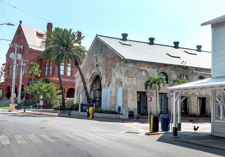 Una calle vacía del centro histórico de Cayo Hueso, Florida. Foto: Cristóbal Herrera / EFE.