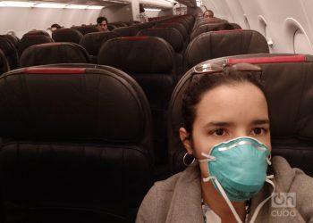 Un avión semivacío volaba de Miami a La Habana el día 24 de marzo, justo cuando entraba en vigor la medida de aislamiento por 14 días para todos los que llegaran al país a partir de ese día. Foto: Mónica Rivero.