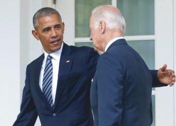 En esta foto del 9 de noviembre del 2016, el presidente Barack Obama, acompañado por el vicepresidente Joe Biden, camina de regreso a su oficina en La Casa Blanca. Foto: AP/Pablo Martinez Monsivais.