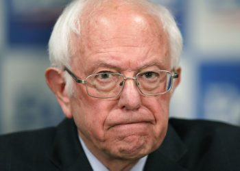 El senador demócrata Bernie Sanders abandonó la contienda por la candidatura presidencial de su partido. Foto: Charles Krupa / AP / Archivo.