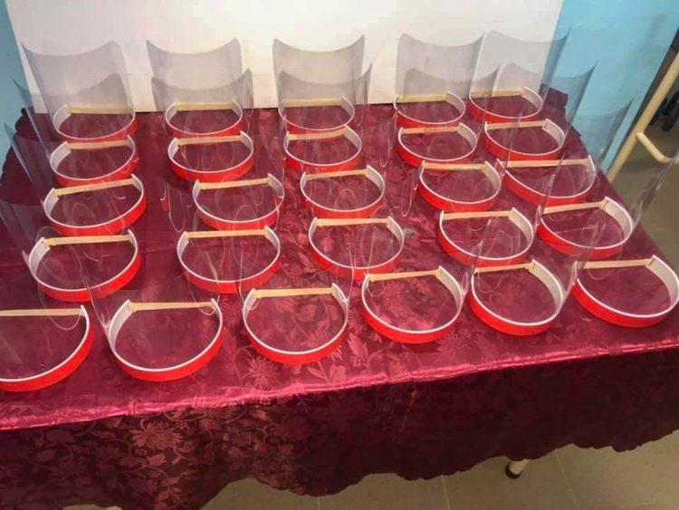 Caretas de protección para donar al personal sanitario que enfrenta el coronavirus, elaboradas por Yadian Pérez. Foto: @yadian.perezbernal/Facebook.