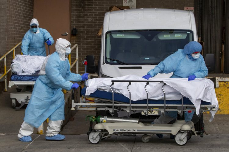Personal médico retira un cadáver del Centro Médico Wyckoff Heights en Nueva York. Foto: Mary Altaffer/AP.