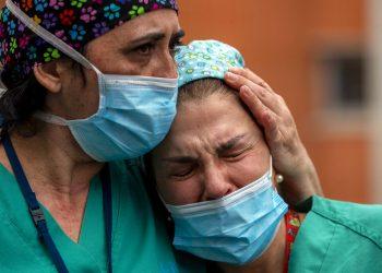 Empleadas médicas lloran durante un memorial para su colega Estaban, un enfermero que murió de coronavirus, en el hospital Severo Ochoa en Leganes, España, el viernes 10 de abril de 2020. Foto: Manu Fernández/AP.