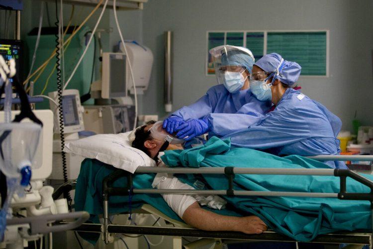 Personal médico atendiendo a un paciente durante la epidemia de coronavirus, en el hospital San Carlo en Milán, Italia. Foto: Antonio Calanni/AP.