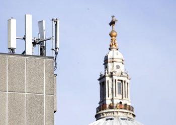 Mástiles de telefonía móvil visibles ante la Catedral de St. Paul en la Ciudad de Londres. Foto: AP/Alastair Grant, Archivo.