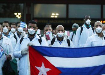 Médicos y enfermeros de Cuba a su llegada al aeropuerto Malpensa de Milán, Italia, el domingo 22 de marzo de 2020, para ayudar en la atención a los enfermos de COVID-19. Foto: Antonio Calanni / AP / Archivo.