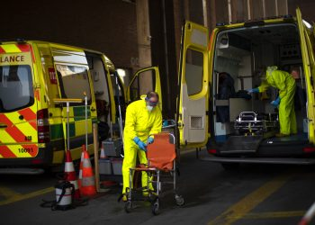 Bomberos con equipo de protección desinfectan una ambulancia tras su uso para trasladar a un paciente con coronavirus, en un cuartel de bomberos en Bruselas, el jueves 9 de abril de 2020. Foto: AP/Francisco Seco.