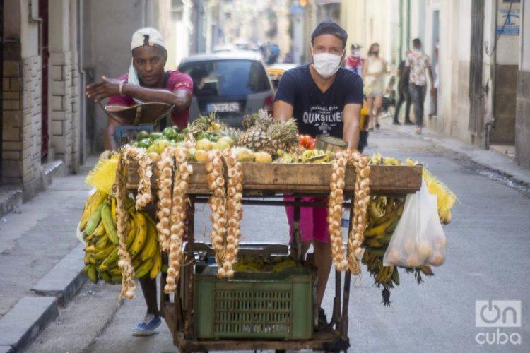 Vendedores ambulantes de productos agrícolas en La Habana. Foto: Otmaro Rodríguez.