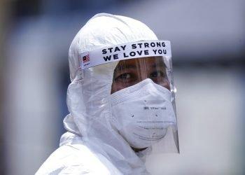 Un trabajador usa equipo de protección en Kuala Lumpur, Malasia. Foto: Vincent Thian/AP.