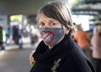 Una mujer con mascarilla en un mercado en Hamburgo, Alemania, el 28 de abril del 2020. Foto: Christian Charisius/dpa, vía AP.