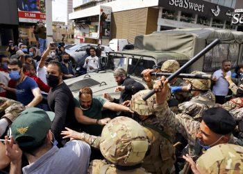 Manifestantes forcejean con la policía en Beirut el 27 de abril de 2020. Se espera que la caída de los precios del petróleo agravará el malestar ya existente en muchos países del Medio Oriente. Foto: Bilal Hussein/AP.