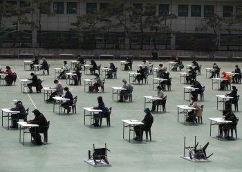 Solicitantes se preparan para tomar un examen oficial en Seúl, Corea del Sur, el 25 de abril de 2020. (AP Foto/Lee Jin-man)
