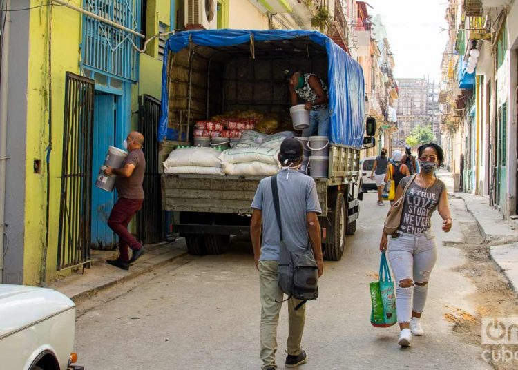 Personal de un centro comercial descarga productos para su posterior venta. Foto: Otmaro Rodríguez