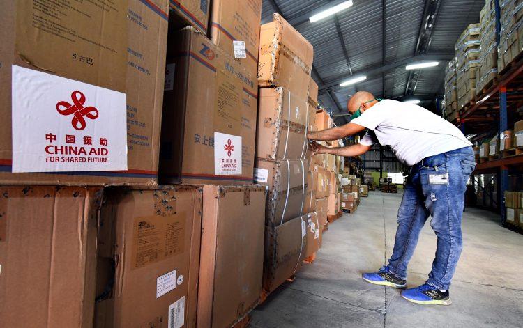 Primer lote de donaciones de insumos médicos de China a Cuba. Foto: Xinhua/Joaquín Hernández.